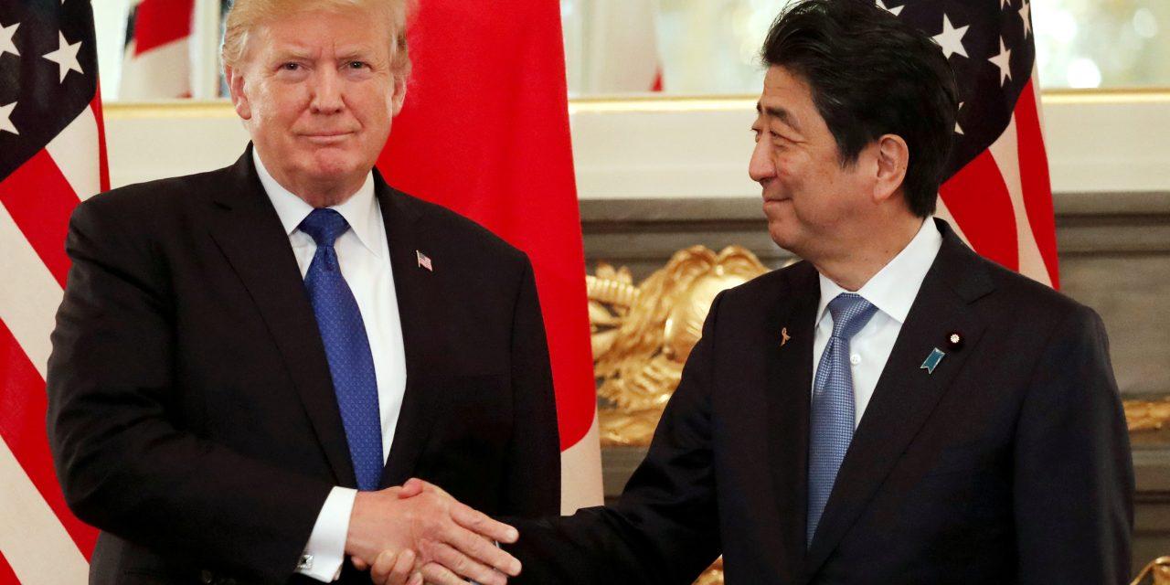 Donald Trump le da la mano a Shinzō Abe